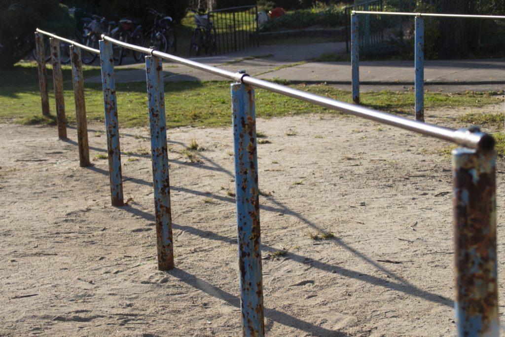 学校の頑丈な鉄棒イメージ