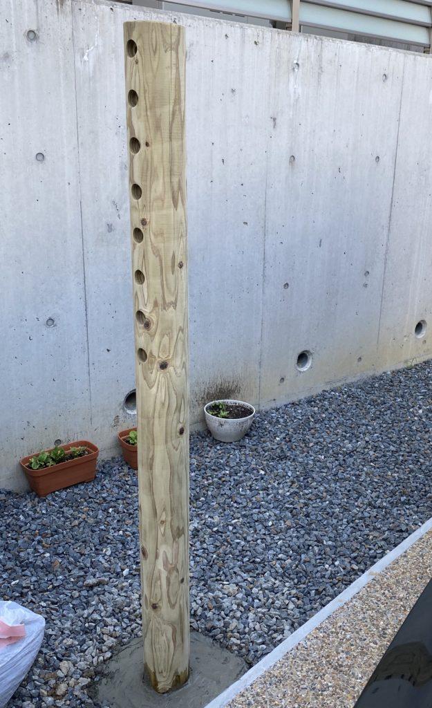 庭に鉄棒支柱1本目