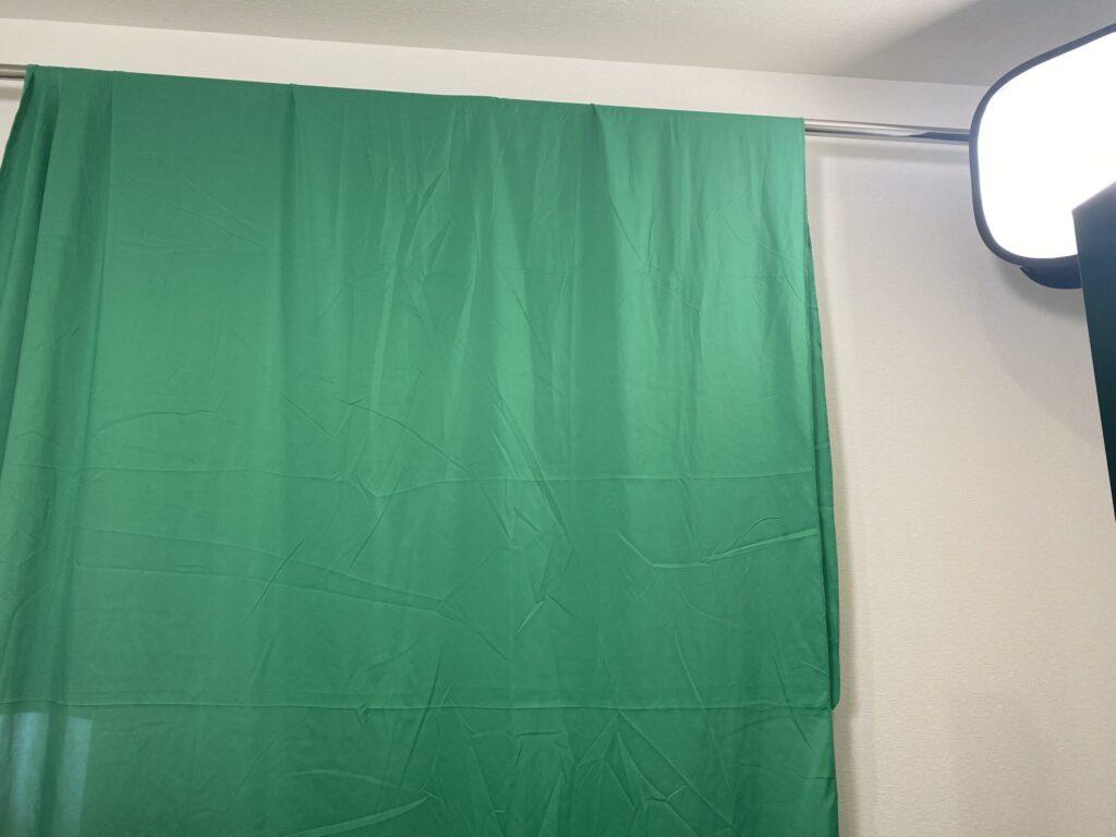 突っ張り棒にグリーンスクリーン引っ掛ける
